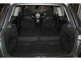 リアシートを倒せば広く使用できるラケッジスペース。 トランク容量は160Lです。