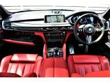 インテリアは、Mならではのスポーティーな構成になっており、BMW M Performanceインテリアトリムが装着され更にダイナミクスな車内を演出してくれます。