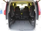 サードシートを跳ね上げると広大な荷室の完成です!