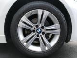 純正17インチアルミホイール。タイヤも8分残っており当面の間安心して走行可能です。輸入車・国産車問わず下取り・買取査定も承りますので、まずは03-6666-2544までお気軽にご相談下さい。