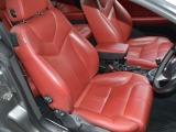 赤革シートはシートヒーターも装備されております。目立った擦れ破れなどなく大変きれいです。