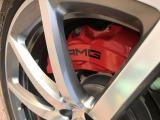 赤いブレーキキャリパーやカーボン製のトランクリッドスポイラーなどは「AMGパフォーマンスパッケージ」装着の証◎ボタン1つ20秒でハードトップを開閉出来るので直ぐにオープンエアを楽しめるのが最大の特徴!