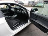 運転席開閉、ステップにはMスポーツのマークが入ります。フロアマットにもMマーク付きです。