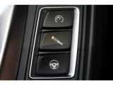 シフトレバーの右側には、パワーステアリングやサスペンションの特性を個別に変えるためのボタンが並んでおります。