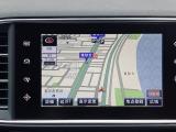 タッチスクリーン式純正SDナビを装備。フルセグTVやブルートゥース・USB等のAUXをはじめ様々なメディアに対応しています。DENON・Hi-Fiオーディオシステムは9つのスピーカーが備わります。