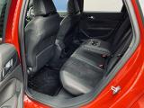 殆ど使われていなかった様子のリアシート。ファミリーユースの車両で良く見かける前席背面の汚れや傷も殆ど有りません。後部座席には肘置き兼用カップホルダーの装備がございます。