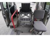車椅子の方の為に左右に手すりが装備されています★介護用に補助席シートも装備されていますので運転中も横についてあげる事が出来ます★