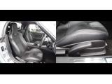 レカロ製シートで色は黒色でレバー操作で高さを変える事が出来ます 適度に身体をサポートしてくれる形状のシート ロングドライブでも疲れにくいです。