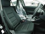 撮影のために外しておりますが、運転席にも新車装着のシートカバーがつけられておりました