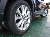 タイヤサイズは225/55R19+純正アルミホイール装備。