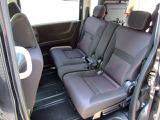 アームレスト付セカンドシート!シート地はハーフレザータイプのオシャレなシートです!座れば快適で見た目はスタイリッシュなシートです!