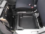 助手席の座面を開けると小物入れが。容量もたくさんあって、普段使わないものとかを収納しておくのに便利ですね。