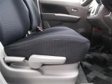 運転席シートアジャスター。シートアジャスターで座面の高さを簡単に調節することができます。それぞれの体型に合わせてくれる優れものですね。