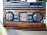 エアコン調整のパネルは木目調になっており高級感が増しております☆更に嬉しいイオン付きオートエアコンです♪
