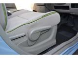 運転席座面の高さを調整可能なシートリフター付きです。