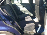 本来はグレーの室内でしたが、フロントシートの交換に伴い、リアシートもツートーンカラーのものに変更しています。足元にはKAROフラクシーのブルーが使用されています。