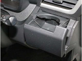 カップホルダー。缶ジュースを開けて運転していると安心しておいておける場所がほしくなりますよね!意外とないと困る装備です。