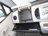 助手席前方にはグローボックスがあるので、車検証やCDなど小物を収納することが出来ます。