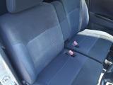 ベンチシートで足元広々ひじ掛けも付いて運転もラクラク。バックも置けて便利です。