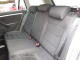 リヤシートも専用のアルカンターラ2トーンデザインのシートです。ヘッドクリアランスや膝元にも余裕がありコンフォート性能の高い後部座席空間です。上質な移動空間に仕上がっています。