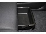 助手席のシート下に小物入れ!車検証などを入れておくのに便利です