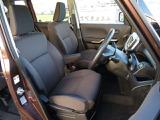 広々した運転席回りになっております。運転しやすいですよ!