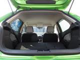 後席は後ろから簡単に倒すことができラゲッジスペースを広げられます。