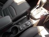 ドライビング姿勢を崩すことなく操作ができる優れた機能性のコマンダーコントロール。