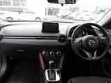 ブラックをベースにダークレッドのアクセントがお洒落で印象的な運転席周り!