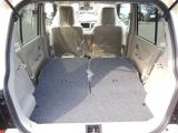 リヤシートを倒せばここまでスペースが広がるので、大きな荷物をたっぷり積むことができます。