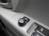 便利な電動格納ミラーです。狭い駐車場や狭い道でのすれ違いでもボタンひとつで折りたたみです。あるとやっぱり便利ですね。