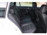 後部座席は3人がけのシートになっております!おとなの方が乗っても不自由のない空間で、後部座席用のエアコン吹き出し口もございます。