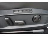 運転席は電動シートとシートメモリ付きです。