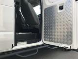 右側の後部座席のドアの内張も縞鋼板を取付け