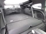 【後席シート】後席は近距離用のミニマムサイズです。また後席シートは背もたれ上部のノブ操作により、ワンアクションでフォールダウンが可能です。