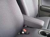 運転席にはアームレストも付いてます