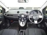 視野の広いフロントガラスで運転しやすく明るい車内です!