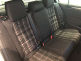 後席シートは広々として快適な空間になっています。また3点式シートベルトやサイドエアバッグ、カーテンエアバッグなど万が一の事故に備えた安全性能も充実していますので、同乗者の方も安心!