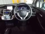 ステアリングから手を放さずに自在にシフト操作が行えるパドルシフト!指先でパドルを操りマニュアル車の感覚が楽しめ走りをスポーティーにします!前方の視界は広く開放的なので運転がしやすくすぐに馴染めます!