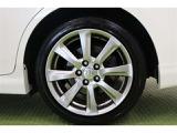 タイヤサイズ 225/45R18です。 クラウンマークが施された純正モデルです