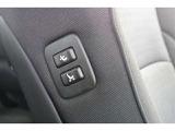 運転席から動くことなく、助手席シートを動かせるスイッチです。 後部座席にゲストが座るときに、乗り込みやすくしたり、快適な空間にしてあげる、おもてなしのスイッチですね☆