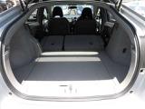 後席シートの背もたれを前方へ倒すと更に大きなスペースになります。