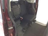 リアシートの座面をはねあげれば、横倒し出来ない背の高い荷物も載せられます。多彩なシートアレンジ!