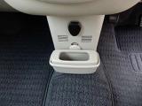 運転席のドアにドリンクホルダーがついています。