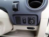 運転席右側に電動格納ミラーのスイッチとヘッドライトのレベライザーがついています。