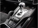 新型8速オートマ!センターコンソールには物理式ボタンがずらりと並びます!シフトセレクターの手前には、ドライビングプログラムの切り替えやエアサスのレベル調整など、シャシー関係のスイッチが集まる!