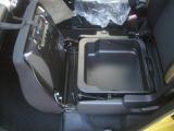 助手席下にも収納スペース