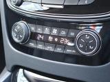 左右独立式オートエアコンは運転席助手席で温度調整が可能です。