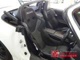 ドライバーズシートはフルバケットシートのハイエンドモデル「RECARO」がビルトイン。サイドプロテクターも装着。