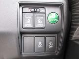 スライドドアは両側電動スライドドアになっております。運転席からの開閉もでき、リモコンキーでも離れたところから開閉できますのでとても便利な装備です。
